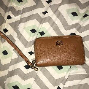 Michael Kors wallet. Barely been used & looks new!